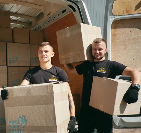 Два розвантажувача з коробками